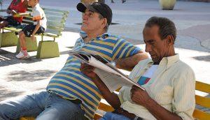 leyendo-prensa-peridismo-en-cuba