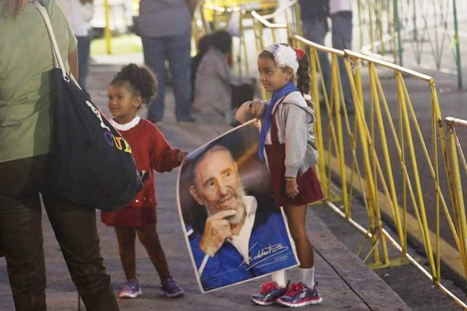 Niña sostiene imagen de Fidel Castro durante homenajes tras su fallecimiento. Diciembre de 2016. Foto: Ismario Rodríguez.