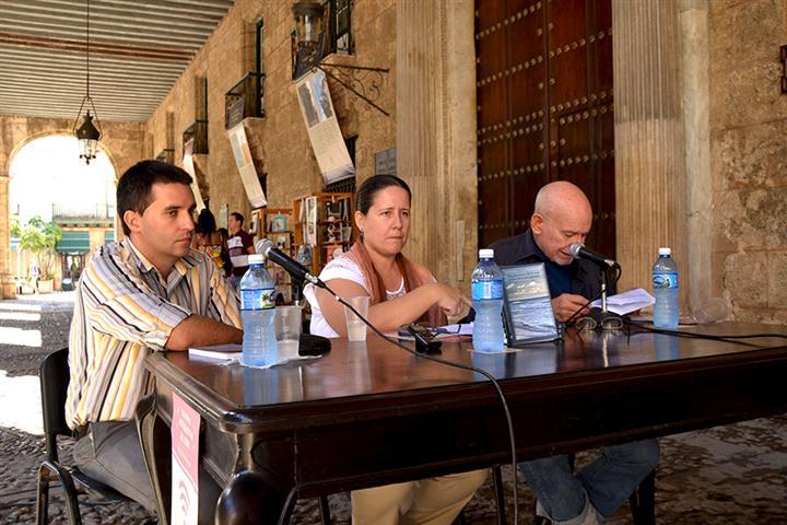 """Aurelio Alonso durante la presentación del libro """"Por el camino del mar o nosotros los cubanos"""" de Guillermo Rodríguez Rivera"""