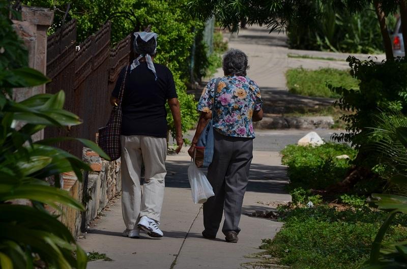 Actualmente en Cuba son las mujeres quienes disfrutan de las mayores tasas de supervivencia llegando a una esperanza de vida de 80,45 años frente a 76,50 años de los hombres para igual período, evidenciándose con ello el fenómeno conocido como feminización del envejecimiento.