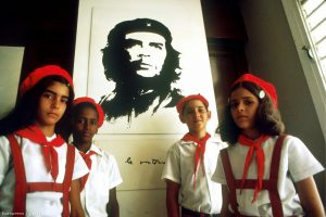 pioneros-cubanos-en-La-Habana-ante-la-imagen-del-Che-Guevara-en-1978