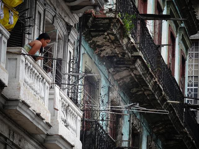 La Constitución cubana, aún vigente, en su artículo 21, protege la propiedad de la vivienda que se posee con justo título de dominio y la ley de la vivienda específica, en su SEXTO POR CUANTO, el derecho humano de los propietarios a disfrutar, conjuntamente con su familia, de una vivienda sin que en ningún caso este derecho constituya un mecanismo de enriquecimiento y de explotación.