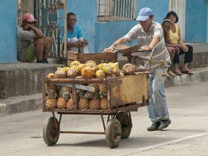 Contrario a lo que muchas veces parece asumirse en el debate nacional, reducir la desigualdad en Cuba no consiste, fundamentalmente, en comprimir la riqueza de quienes la tienen, sino en resolver la pobreza de quienes la padecen.