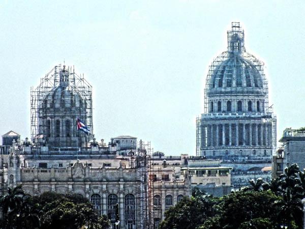 Vista del Capitolio y del Museo de la Revolución, antiguo Palacio Presidencial. La Habana, Cuba