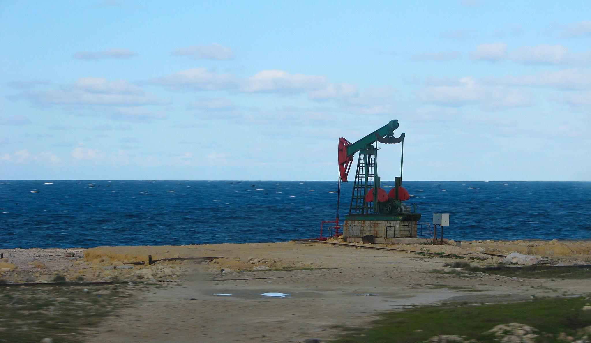 Extractores de petróleo en la costa norte de la provincia de Matanzas, Cuba