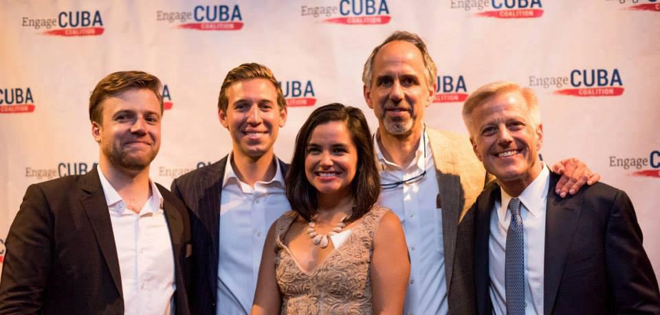 James Williams, Presidente de Engage Cuba, a la izquierda, junto a Michael Maisel (a su derecha), y otros miembros de la coalición.