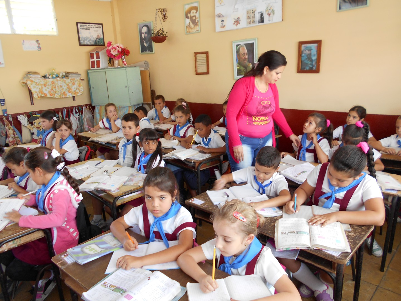 La función de la escuela es fabricar obediencia y reprimir rebeldías. Es un lugar en el que la riqueza de lo diferente se empobrece en la homogeneización.